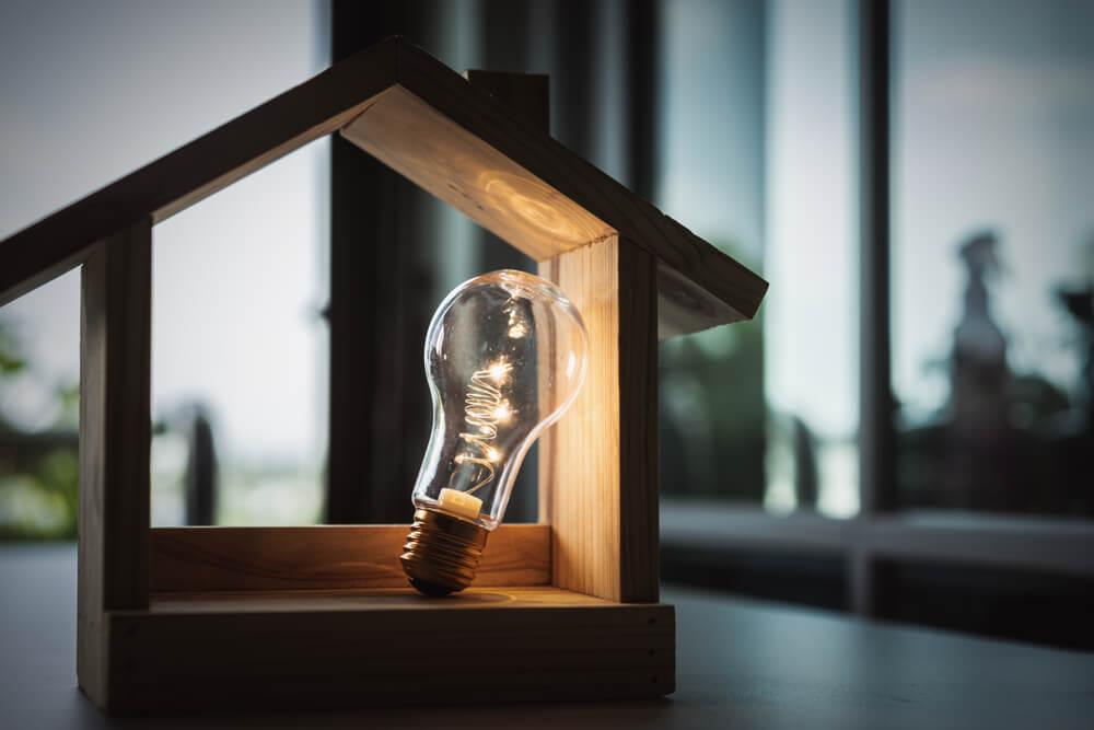 木の家と電球